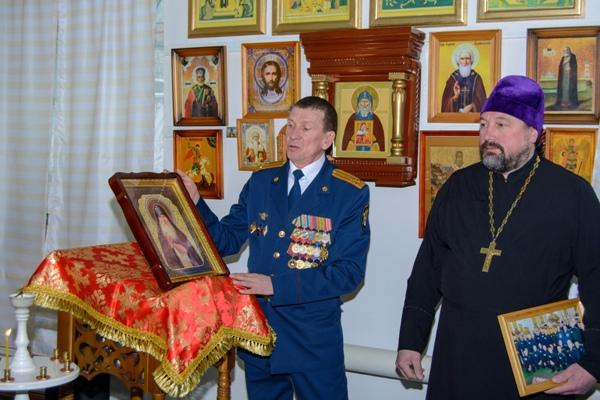Сергей Ерофеев вручает икону